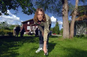 Melissa Pärlenskog är ofta på Davidsgården för att pyssla i trädgården. Kvistar ska plockas bort, gräset ska klippas och blommorna ska vattnas.