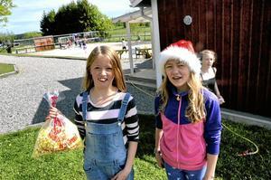 Vilja Almnor och Matilda Kåks, årskurs 4, vann popcorn i en frågesport. - Jag älskar popcorn, säger Vilja Almnor.