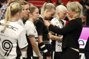 Therése Karlsson, Amanda Hill och Anna Wijk i tårar när de får silvermedaljerna.