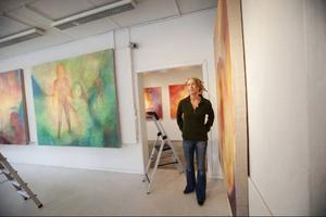 Tidigare har Marin Hemmingsson bland annat ställt ut på Byhuset. Den här gången visas hennes målningar på Galleri S.