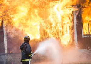 Varje år omkommer drygt 100 personer i bostadsbränder i Sverige.
