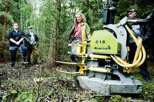 Forskaren Mia Iwarsson Wide har arbetat med skogsbränsle inom ESS-programmet i fyra år och där uppgiften framför allt har varit att utveckla teknik och metoder för att ta ut klena träd i röjningsgallringar. I går berättade hon om de olika maskiner som finns till hjälp i gallringsarbetet.