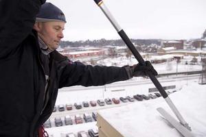 Takrensare. Tord Guldbrand jobbar med fastighetsskötsel, drift och underhåll på företaget Martin Sollander AB. Just nu går arbetet mycket ut på att befria stans tak från is och snö. Foto: Linda Landquist