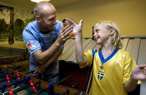 AUGUSTI. HIGH FIVE! Linnea firar med Gefle IF:s spelare Johan Claesson när de spelar fotbollspel på barnliniken. Det är alltid lika gripande och glädjande att se barnen träffa sina idoler.FOTO: Lars Nyqvist