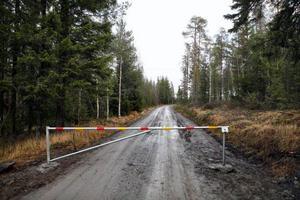 Efter kommunens polisanmälan har det kommit upp vägbom på två av tillfartsvägarna och den tredje tillfarten är spärrad med stenblock.