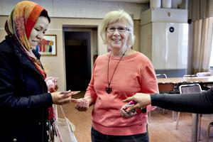 Safiye Gholami får en virknål av Sylvia Abrahamsson från IFFI.