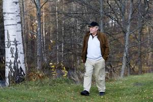 """LUFFADE. """"Jag var 15 år när jag liftade första gången, till England och Frankrike med en kompis. Men      jag är också bohem, och trivs inte i en för välordnad värld"""" är Rutger Seths förklaring till varför han """"luffarvikarierade"""" sig fram genom sjukvårds-Sverige innan han blev make, far och klinikchef.  Foto: Lars Nyqvist"""