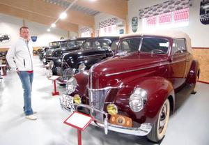 Niclas Ericsson visade upp en av sina favoritbilar när bilmuseet i Hoting öppnade i lördags. Foto: Jonas Ottosson