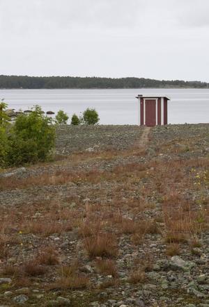 Uppdelningen av ön är noggrant uttänkt – på ena sidan bor man, på den andra går man på dass.