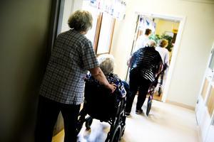 Fler händer i äldreomsorgen är målet med regeringens kommunsatsning.