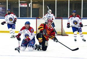 Gustav Håkansson, Njurunda SK, och Nils Högbom, Ånge IK, i kamp om en puck.
