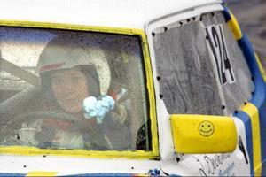 Bilen har ingen fungerande fläkt så Therese måste torka av kondensen med ett papper.