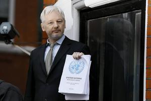 Julian Assange med FN-gruppens utlåtande.