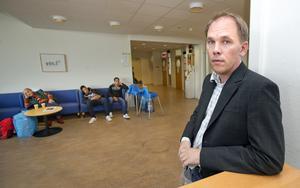 """Migrationsverket i Västerås får tillfälligt nya arbetsuppgifter och ska hjälpa till att skriva in asylsökande. """"De enheter som normalt sköter detta är hårt belastade"""", säger enhetschefen i Västerås Henrik Nyman."""