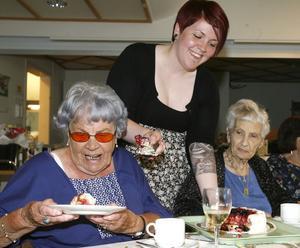 Iris Nilsson tyckte om tårtan som hon blev serverad av Karoline Wissel. Engla Hemlin tyckte också att den var god.