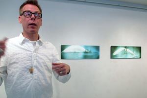 Ulf Rehnholm visar bilder där han experimenterat med foto och exponeringstider i bildsviten