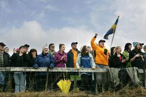 En entusiastisk publik hejar fram sina förare på Offerdals motorstadion.