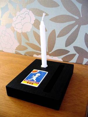 En ljusstake i en liten ask, design Ulrika Swärd. 300 kronor inklusive frakt på signerat.se.