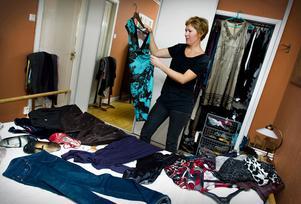 Ofta räcker det med några få tillbehör för att få dina kläder att kännas nya och fräscha igen. Ett bra utgångsknep är att satsa på kläder i neutrala toner och därefter piffa upp dem med sjalar, skjortor, accessoarer i olika färger och former.