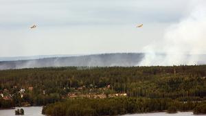 Specialflygplanen cirklade länge över Ängelsberg innan vattenbombningen kunde börja.