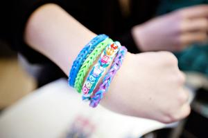 Trendiga armband gjorda av gummisnoddar. Alma Westin har flätat in namnet på sin favoritgrupp The Foo.