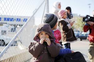 Syrisk flykting som anlänt till Göteborg under fredagen. Men i fristaden finns det de som hyllar sekten som flykten skedde från.