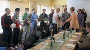 Eva Tjernström, S, kommunalråd, och Magnus Svensson, C, ordförande i KUS, gratulerar både spelare och supportrar.