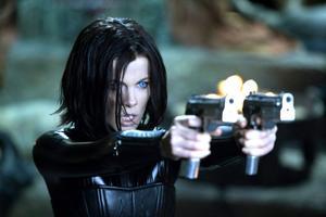 """Kate Beckinsale är tillbaka. """"Hon var jätterolig, så där typiskt brittiskt snabb i repliken hela tiden"""", säger Måns Mårlind."""