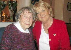 Anna-Lisa Bergqvist, t v, har varit medlem i Röda Korset i Dala Husby sedan kretsen grundades 1937. I tisdags deltog hon i 80-årsjubileet där ordförande Maria Oljans tilldelade henne hedersmedlemsskap.