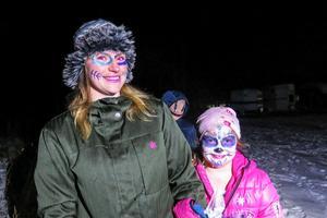 Lilasminkad runt ögonen tog Isabelle Gulle med sig rödögda mamman och ridläraren Emilie Gulle på halloweenvandringen. Bakom dem lurade 16-åriga Agnes Jonsson i sin smileymonstermask.