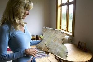 Små bitar av korkmatta, små delar av gamla tapeter, överlappande färglager berättar alla om olika perioder av Sköldhusets historia. Alla delar sparas för framtida intresserade, berättar Kristin Eriksson.