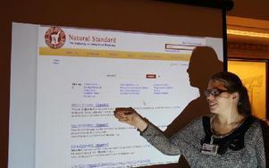 Natural Standard är ett kvalitativt sökverktyg om naturmedicin. Den har allmänheten tillgång till, vid ett besök på Falu lasaretts bibliotek. Anna Forsberg hjälper den som behöver vägledning för att hitta rätt. Foto: John Leander