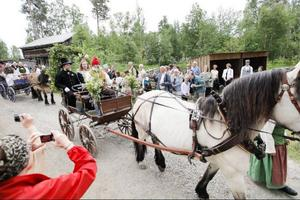 Gammeldags bröllopsfest med rollspelande aktörer fick besökarna ta del av under pingstdagens invigning av Jamtli kyrka.