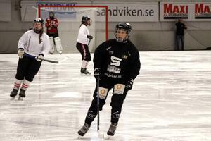 18-åriga Elin Sundell hyllar bandygymnasiet i Sandviken. Utbildningen har lyft henne både som spelare och människa.