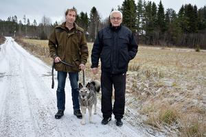 Anders Fjällström och Bengt-Åke Bengtsson var i lördags ute på älgjakt när hunden Lee sparkades illa av en älg.