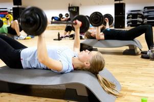 I Borlänge är över 7 000 kvinnor inskrivna på gym. En av dem är 18-åriga Jenny Jönsson som har tränat i ett och ett halvt år på Må bättre.