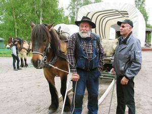 Sture Brorson kunde konstatera att för många blev hästturen även en nostalgitur. Här pratar Torparn med Urban Söderlind.