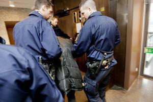 Bild från häktesförhandlingarna.