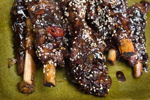 Sätt smak på revbenen och gör dem på koreanskt vis: sött, salt och starkt.