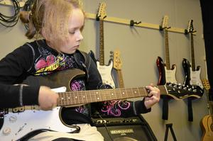 Fanny Hjalmarsson gillar musik och spelar helst gitarr. Instrumentet har hon lärt sig på skolans musikundervisning och genom att spela på familjens gitarr hemma, berättar hon.