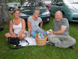 Gunnel Karlsson, Järpen, Ingrid Sundin, Rörön, Hallen, och Micke Ivarson, Bleka, Tandsbyn, trivdes på picknickfilten under måndags mingelparty vid Jannezstugan.