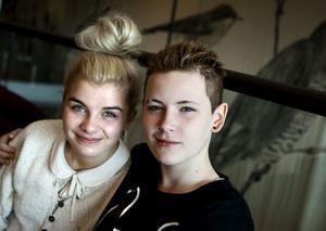 """""""Jag ser de andra som mina medtävlande och inte mina konkurrenter. Det känns som om vi är på musikläger"""" säger Linni Barresjö (till höger). Amanda Fondell håller med."""