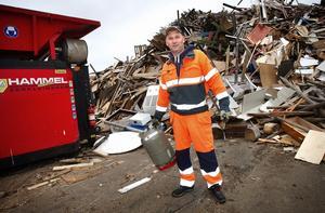 En av de anställda vid Björnhyttans återvinningscentral, Lennart Wåhlberg, visar den gasoltub som så när hamnade i flistuggen.