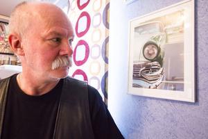 Kurt Ljungkvist har mest målat på beställning, men sedan några år tillbaka gör han tavlor till sig själv som sitter på väggen i hans arbetsrum.
