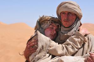 """Gustaf Skarsgård och Saoirse Ronan i """"The Way Back"""", där Skarsgård spelar lettisk krigsfånge som rymmer från Stalins läger."""