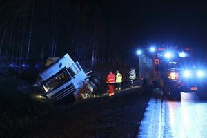 En lastbil gick av vägen på E4.