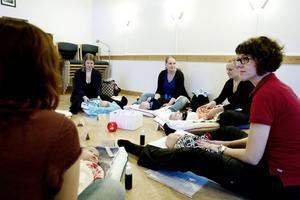 Massageinstruktören Sarah Lööv Koskitalo undervisar i spädbarnsmassage på Mikaelsgården i Valbo.