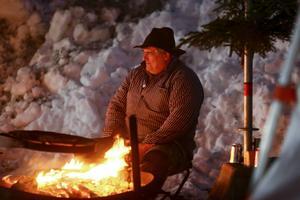 Värme i kylan framför kolbullepannan på publikområdet vid Östersunds skidstadion.