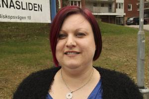 En ensamstående kan få 3 880 kronor i månaden i socialbidrag. En familj med två vuxna och två barn på tre och sju år kan få 10 950 kronor, upplyser Anna Hellstrand.