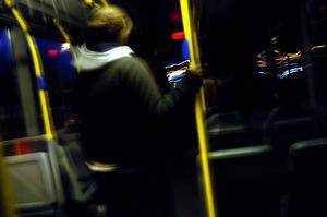 En kvinna är på väg hem ensam en sen kväll, med buss.
